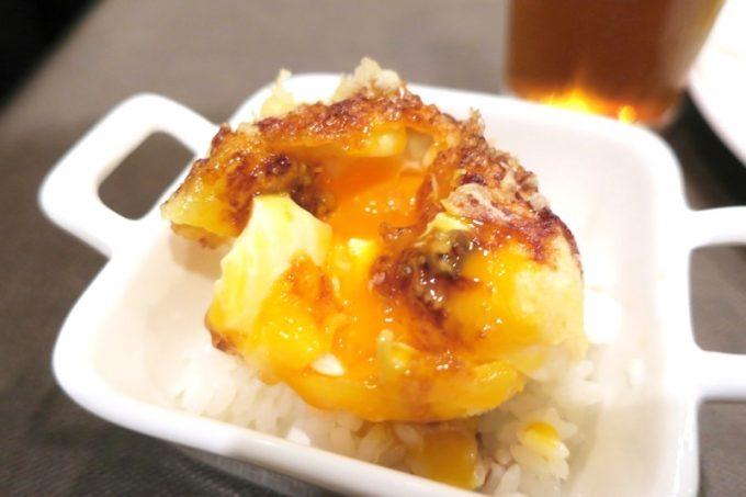 とろ〜り半熟卵の天ぷらはご飯の上に乗せられていた。
