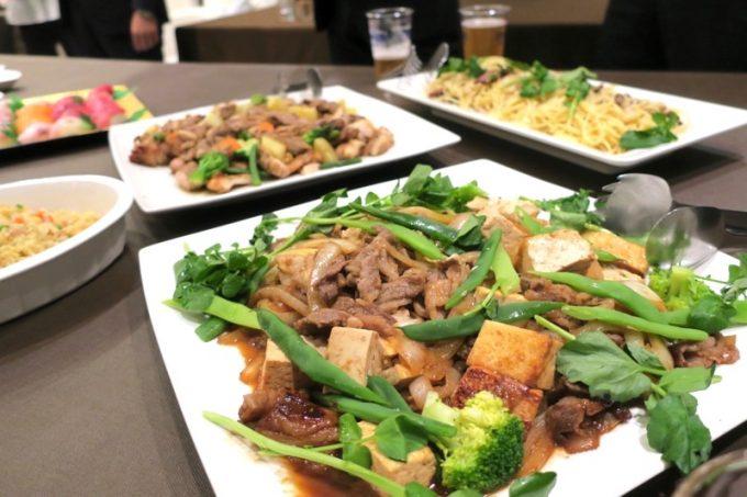 お料理はブッフェ形式で。牛肉と季節の野菜炒め、チャーハン。