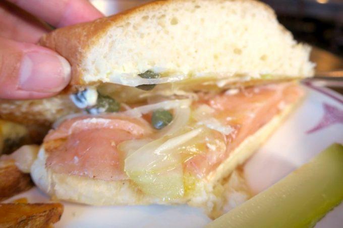 スモークサーモンサンドイッチには、スモークサーモンとスライスしたタマネギ、ケッパーが挟まれていた。