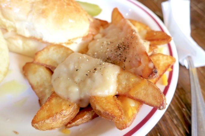 プーティーンは、ポテトにグレイビーソースとチーズを混ぜたソースをかけたもの。