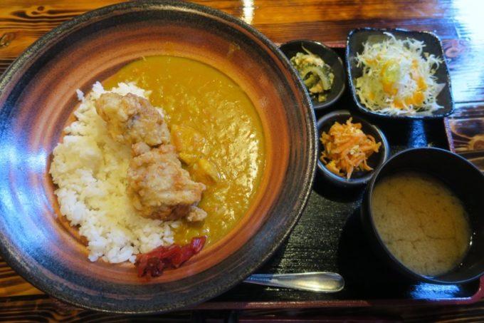「沖縄料理と地頭鶏 炎」の黄色いカレー(中、650円)