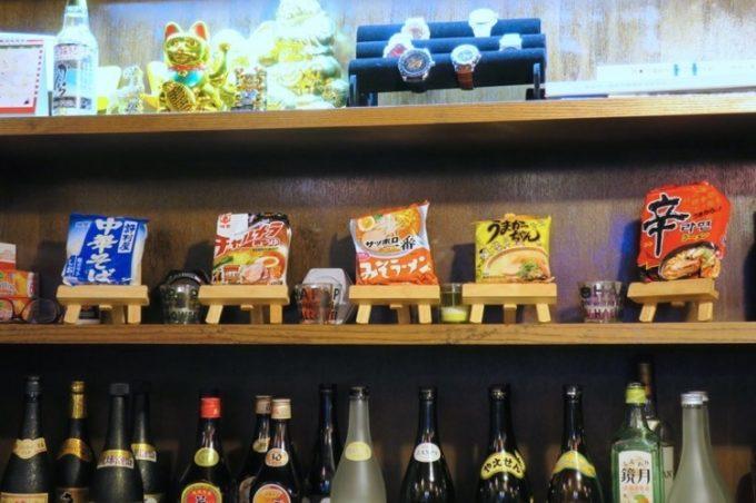 一品料理のラーメンは展示されているインスタント麺から選べる