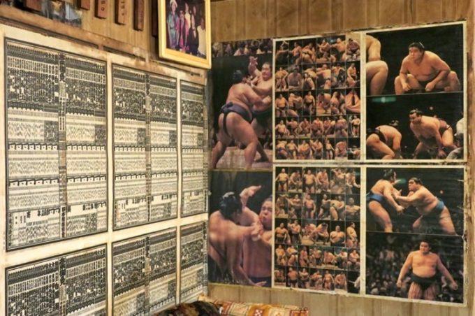 店内には大相撲の番付表や力士の写真が飾られている