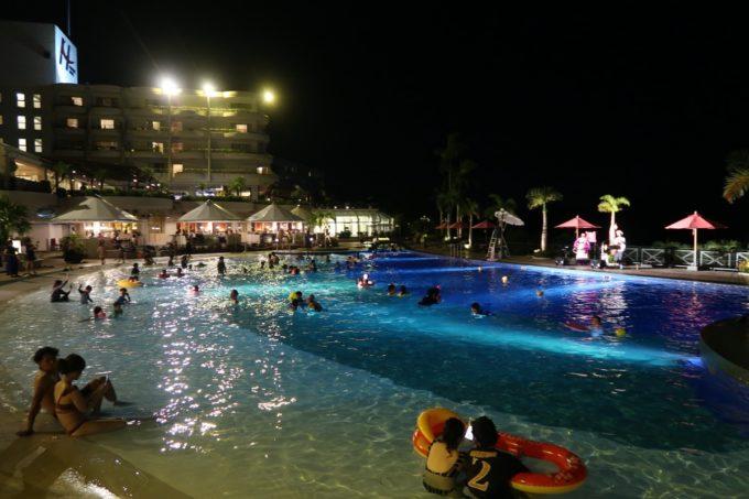 沖縄かりゆしビーチリゾート・オーシャンスパのガーテンプールは夜になっても大人気