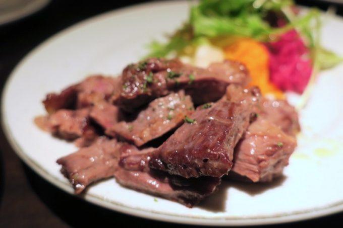 「パーラーアスナロ」の牛はらみ肉のステーキ(650円)