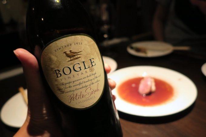 カリフォルニアのボーグル プティシラーというワインをオーダーした。1本3500円