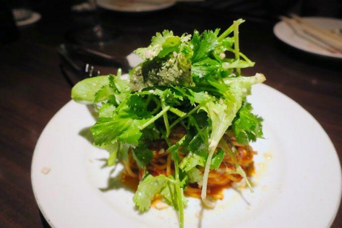 「パーラーアスナロ」のパクチーとトマトのパスタ(Mサイズ、500円)