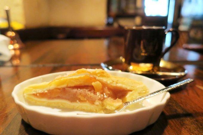 コーヒーと、サービスでいただいたアップルパイ。