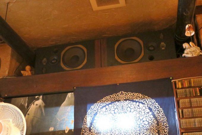 ジャズ喫茶の「六曜舎」には古いスピーカーなどが展示されている