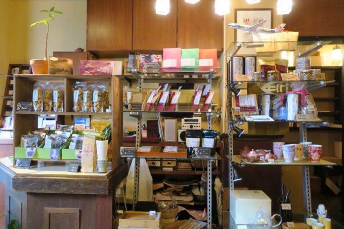 中国茶器やちんすこうなどのお土産コーナーも