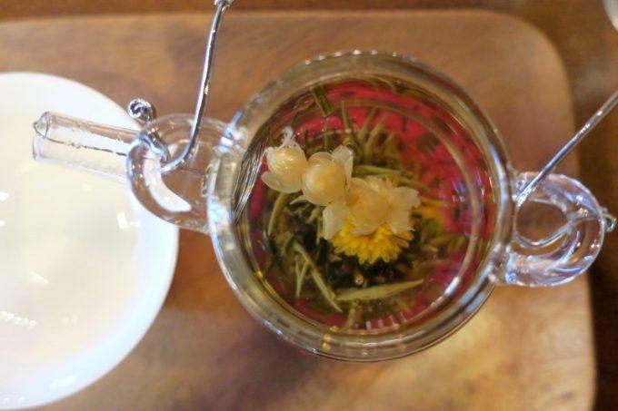 お湯を注ぐと茉莉龍珠は花開く