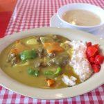 恩納村「シーサイドドライブイン」の黄色いビーフカレー(800円)とスープ(200円)
