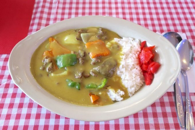 恩納村「シーサイドドライブイン」のビーフカレー(800円)は沖縄らしい黄色いカレーだった