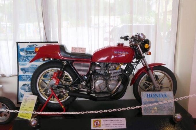 店内には往年の中型バイクが並んでいた(ドリームCB400FOUR)