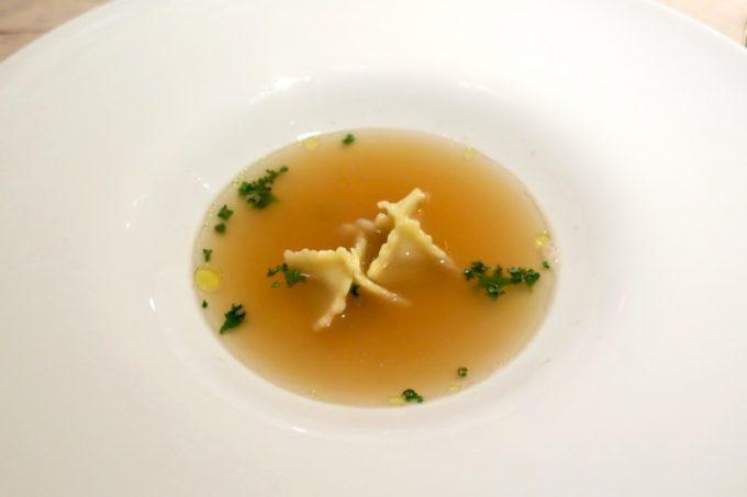 選べるスープは「牡蠣のペーストを詰めたファゴティーニ 魚介のブロード」を選んだ