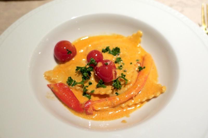 選べる詰め物パスタは「紅ズワイガニを詰めたトルテッリ トマトクリームソース」をチョイス