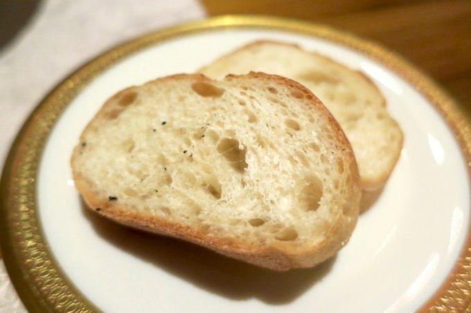 途中で出てきたパン。パスタソースをつけていただいた