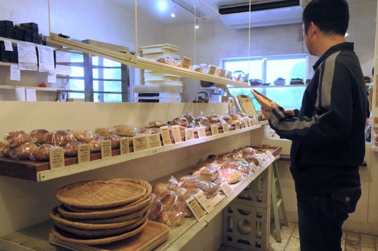 宜野湾「宗像堂」の店内には天然酵母のパンが並ぶ