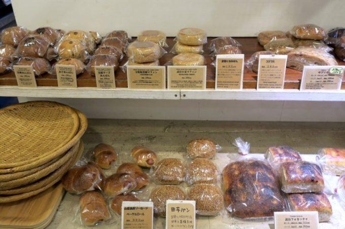 「宗像堂」の店内で売られているたくさんのパン