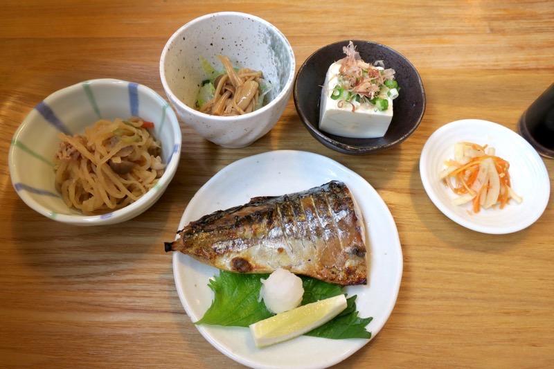 味噌汁定食のおかず。小鉢4品に焼き魚がつく。