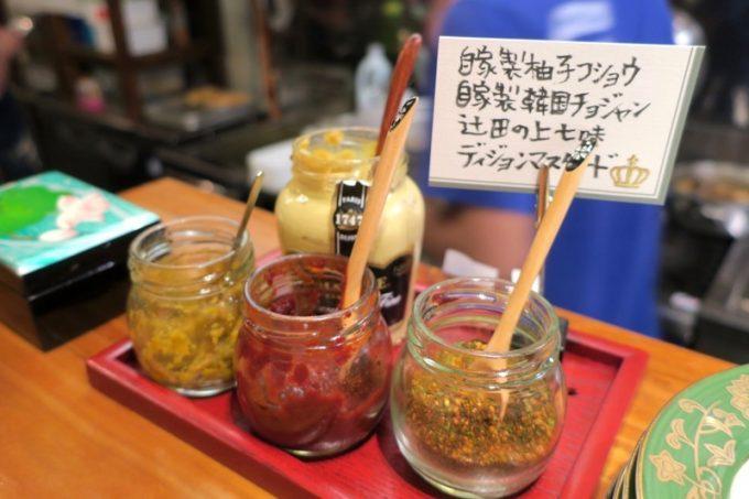 那覇・栄町「トミヤランドリー」卓上には自家製の調味料がセットされている