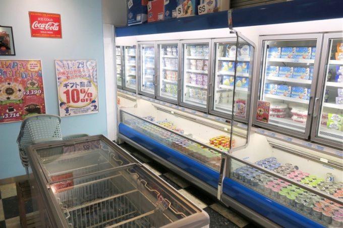 浦添「ブルーシール牧港本店」ではカップアイスやギフト商品が販売されている。ここから発送も可能だ。