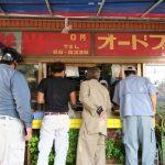 「居酒屋 二号線」のお弁当販売コーナー。ガテン系の皆さんが群がる。