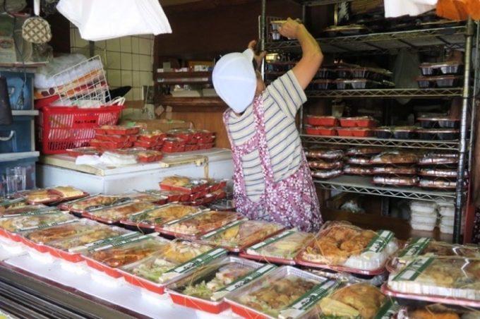販売コーナーの中でせわしなくお弁当を並べるおばちゃん