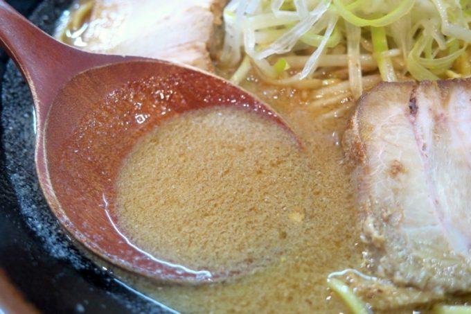 味噌ラーメンのスープ。濃厚で、味噌の甘味と旨味が好み!