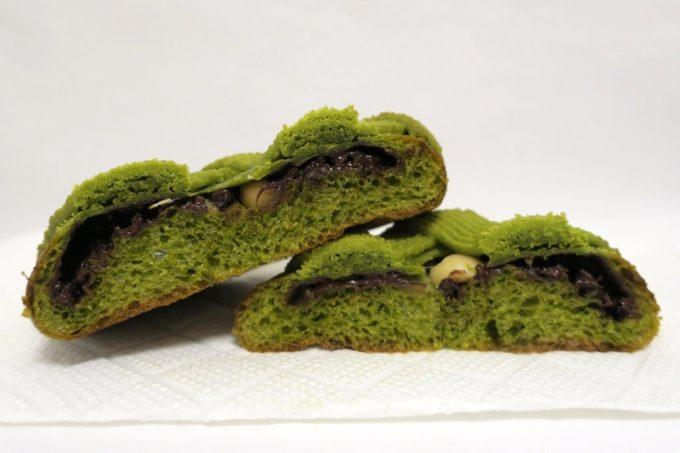 マチャダミアは京都産の宇治抹茶を練りこんだ生地にマカダミアナッツとチョコをサンドしている。