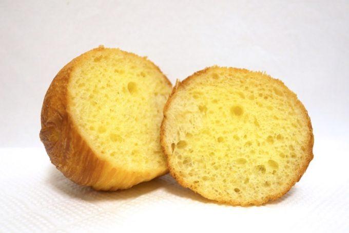 まんまるは内側のブリオッシュ生地をクロワッサン生地で包み込んだ、珍しい球体型のパン。