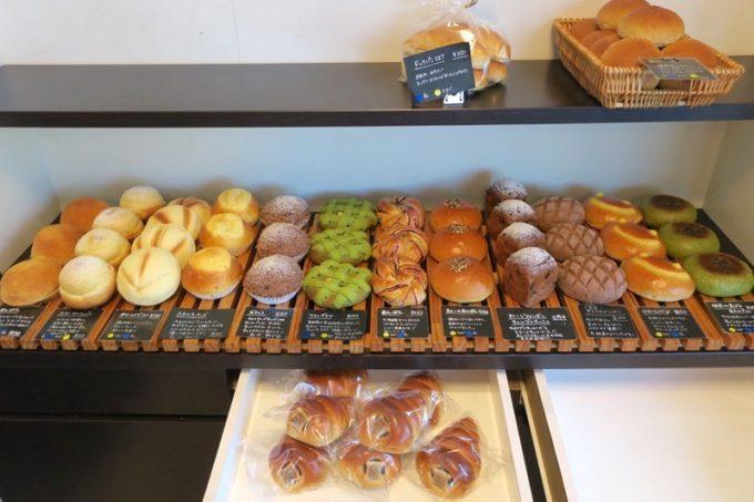 「宇地泊製パン所 sourire(スーリール)」に並んだパンたち(その1)