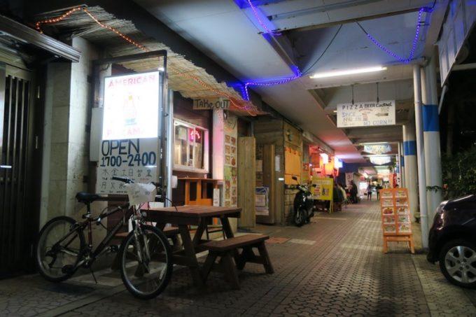 沖縄市・コザ「アメリカンピザマン」は中央パークアベニューにある。