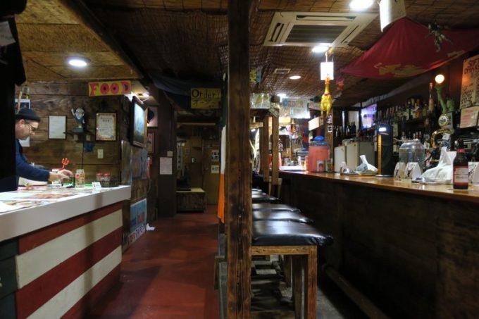 「アメリカンピザマン」の店内。入って左側にフード購入カウンター、右側はバーカウンターだ。