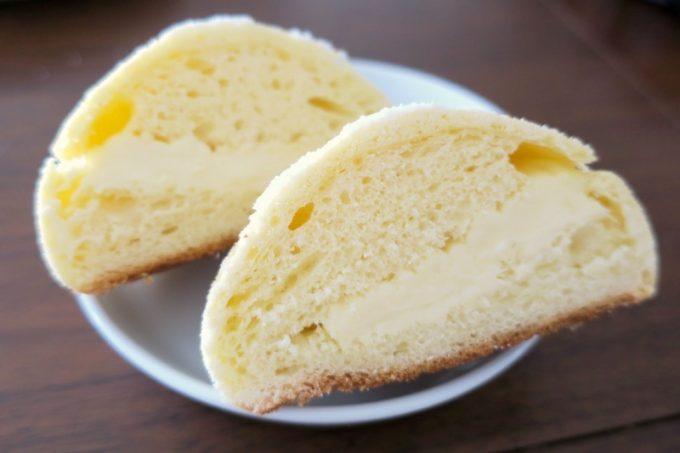 ナポリメロンの中には、チーズクリームがサンドされている