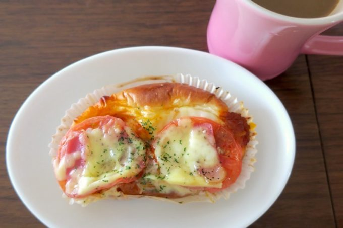 「BOULANGERIE BZ(ブーランジェリービズ)」のトマトチーズ(200円)