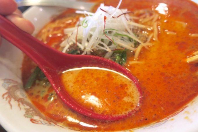 表面に浮いた辣油と、スープの胡麻の風味がたまらん