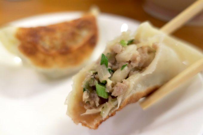 浦添・伊祖「大家 (ダージア)」の餃子は肉が強めの餡でおいしかった。
