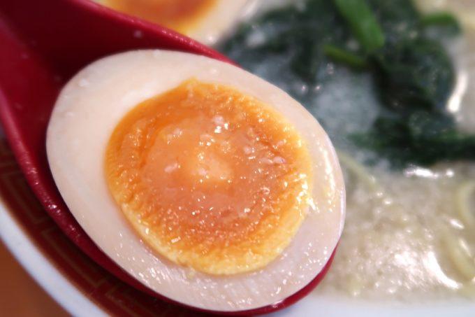 浦添・伊祖「大家 (ダージア)」大家らーめん(塩、720円)の煮卵