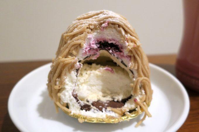 マロンクリームの中にカシスジュレ、そしてチョコサブレとメレンゲのサクッと食感。