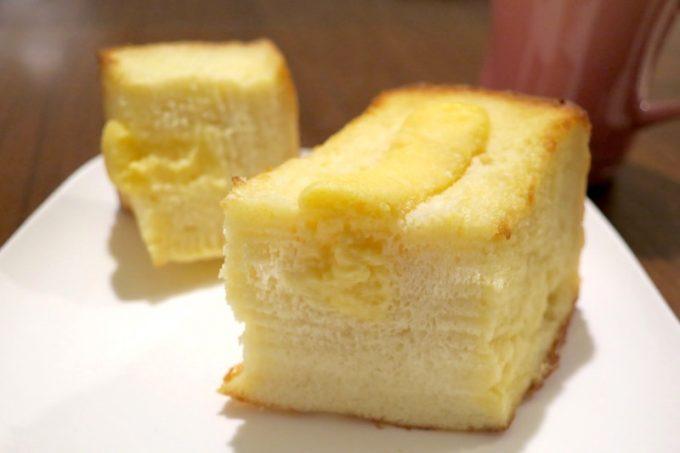 クリームフレンチトーストは、自家製カスタードクリームを詰めた食べ応えのあるパンでした