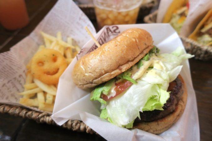 北谷「pocke farm(ポッケファーム)」のアボカドハンバーガー(セット、1180円)