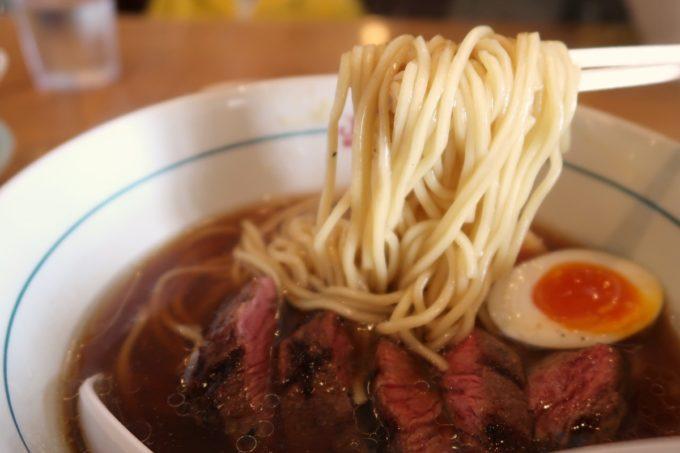 北谷「ストライプヌードルズ」ステーキラーメン(M、950円)の麺はストレート細麺だった。