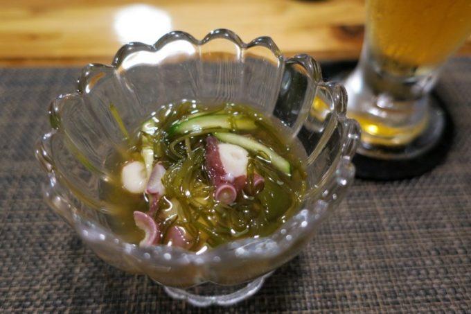 「和飲食堂」のお通し。この日はめかぶとタコの酢の物。