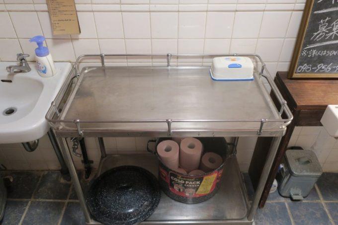 トイレには子供のオムツ交換台があった。