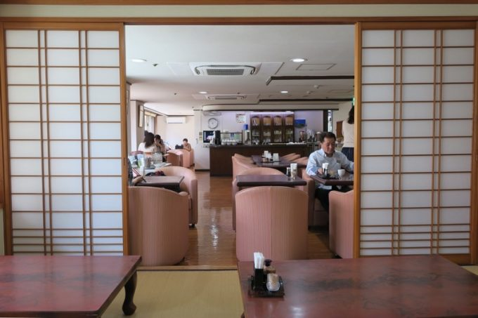 レストラン「アカシア」の店内