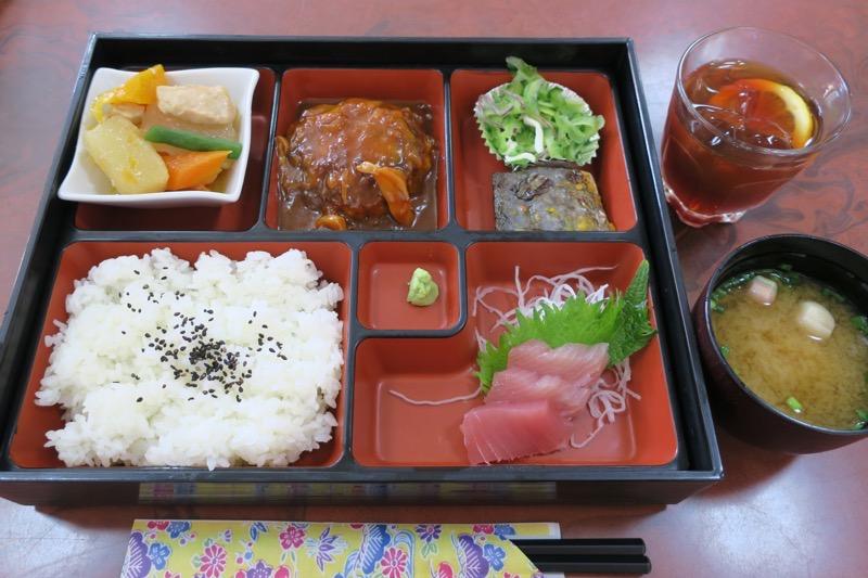 ホテルまるきの幕の内弁当(ハンバーグ、煮物、魚、刺身など。800円)