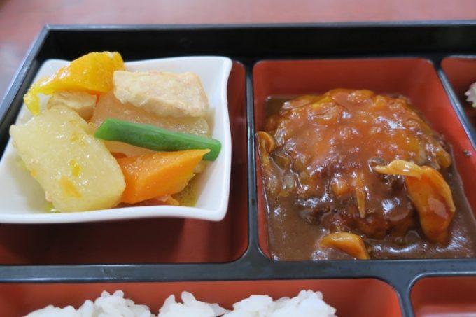 島人参と大根煮物、ハンバーグ(デミソース)