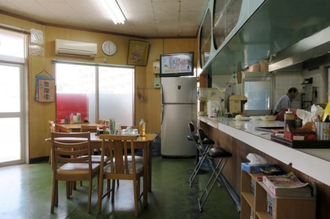 「大衆食堂 泉」の店内(カウンター席とテーブル席)