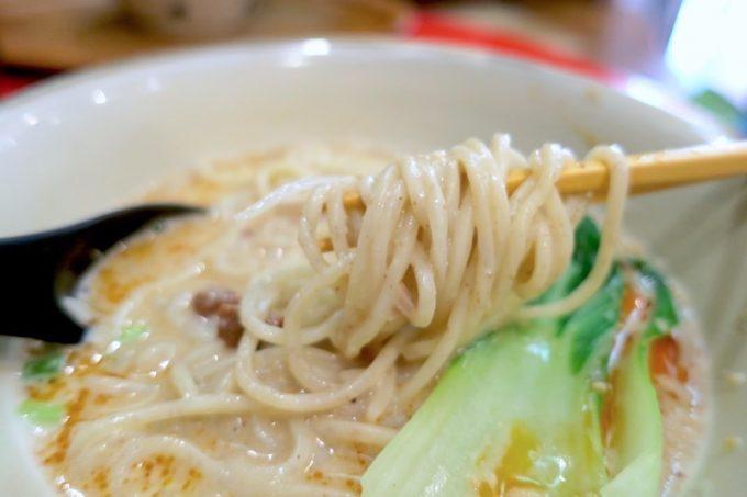坦々そばの生麺は細いストレート麺。